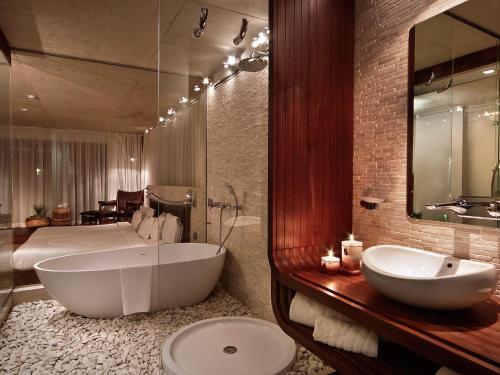 A bathroom at Graffit Gallery Design Hotel