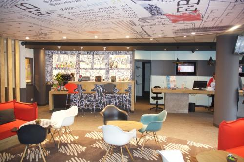 The lounge or bar area at ibis Marseille Timone