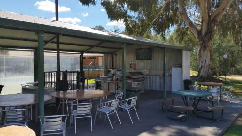 A restaurant or other place to eat at Early Settlers Motel Tocumwal