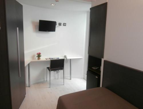 Una televisión o centro de entretenimiento en Hotel Punta Monpas
