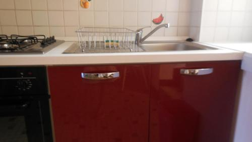 A kitchen or kitchenette at L'Ancien p'tit bistrot