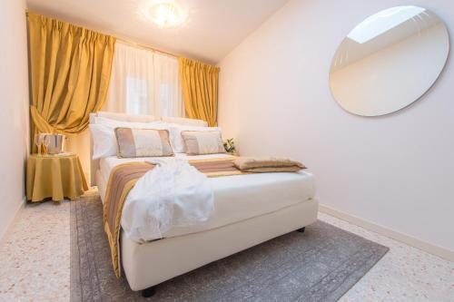 A bed or beds in a room at San Teodoro Palace - Luxury Apartments