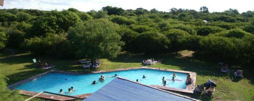 Una vista de la pileta en Complejo Casas de Campo o alrededores
