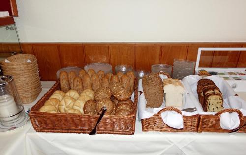 Options de petit-déjeuner proposées aux clients de l'établissement Hotel Prins Maurits