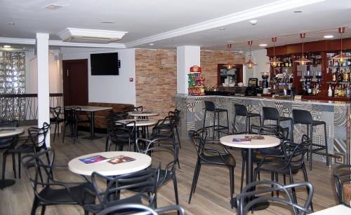 The lounge or bar area at Hotel Queens - Adults Only By Mc