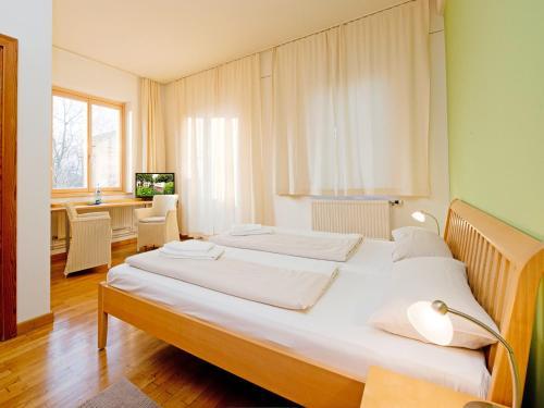 Ein Bett oder Betten in einem Zimmer der Unterkunft Hotel am Friedrichshof