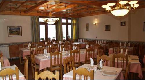 Un restaurante o sitio para comer en Hostal Las Grullas