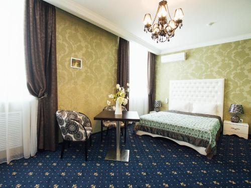 A bed or beds in a room at Business Hotel Matreshka Plaza