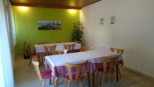 Ein Restaurant oder anderes Speiselokal in der Unterkunft Gästehaus Steinmetz