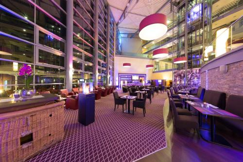 Ein Restaurant oder anderes Speiselokal in der Unterkunft Dorint Hotel am Dom Erfurt