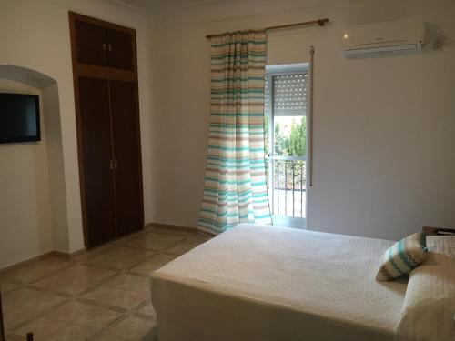 A bed or beds in a room at Hostal Barbate