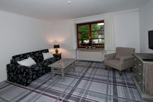 Ein Sitzbereich in der Unterkunft Alpenvilla Berchtesgaden Hotel Garni