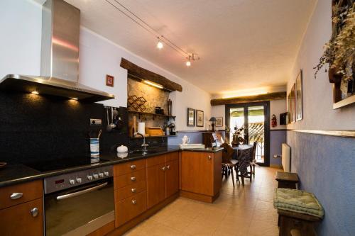 Una cocina o zona de cocina en Rural Colldejou Cal Caterí