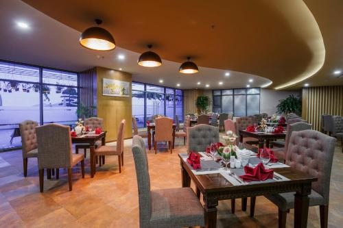A restaurant or other place to eat at Muong Thanh Luxury Nha Trang Hotel