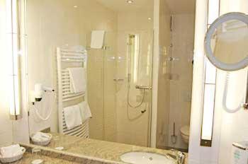 Ein Badezimmer in der Unterkunft Kranz Parkhotel
