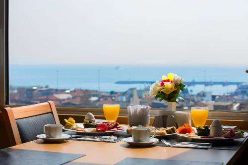 Breakfast options available to guests at Ilkbal Deluxe Hotel Istanbul