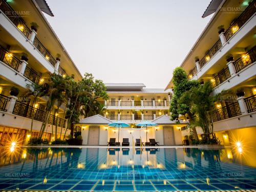 Der Swimmingpool an oder in der Nähe von Decharme Hotel