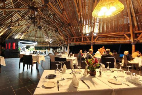Um restaurante ou outro lugar para comer em Maitai Lapita Village Huahine