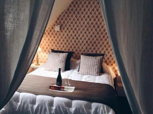 A bed or beds in a room at Relais Du Vignoble