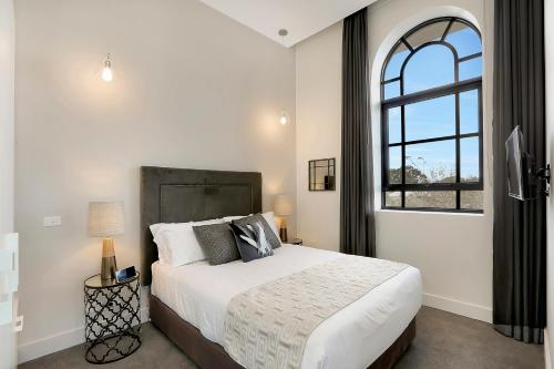 A bed or beds in a room at Devlin Apartments