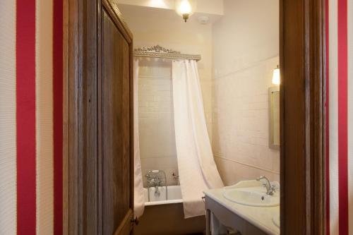 A bathroom at Château-Hôtel de Bourron