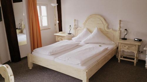 Ein Bett oder Betten in einem Zimmer der Unterkunft Hotel Erbgericht