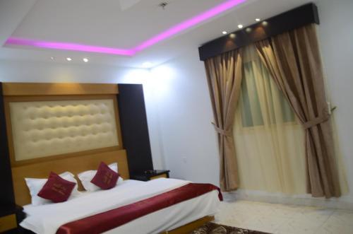 Cama ou camas em um quarto em Noor Amal Hotel Apartments As Sulay