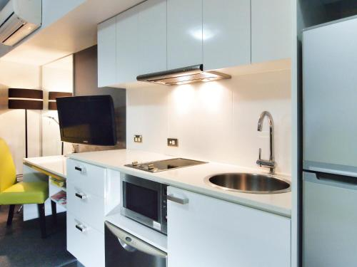 A kitchen or kitchenette at Oaks Townsville Metropole Hotel