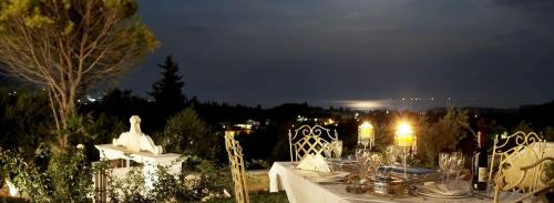 A restaurant or other place to eat at Castello Di Vista