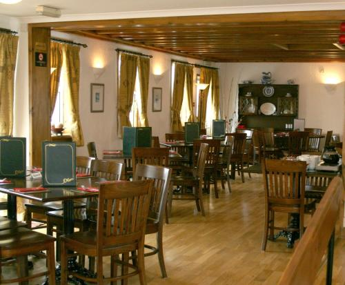 A restaurant or other place to eat at The Ken Bridge Hotel