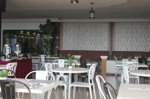 A restaurant or other place to eat at Muara Hotel and Mall Ternate