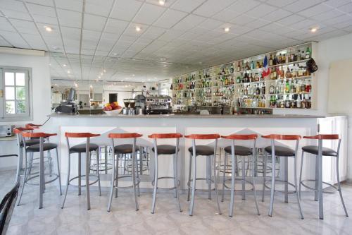 Ο χώρος του lounge ή του μπαρ στο Hotel Athina