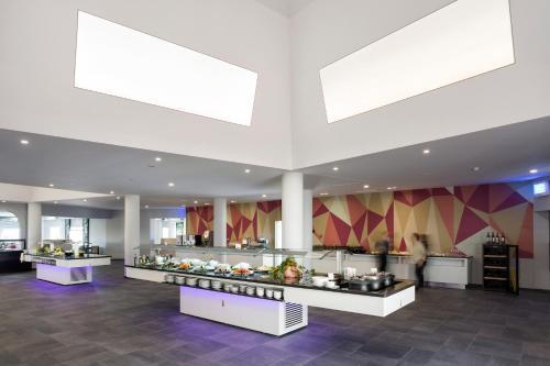 Un restaurante o sitio para comer en AP Adriana Beach Resort