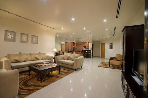 Uma área de estar em Al Rashid Residence