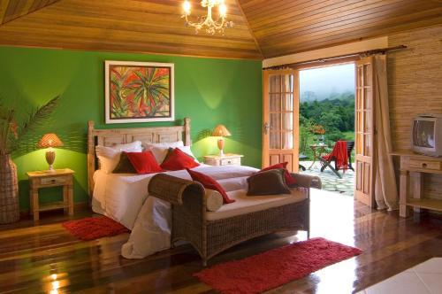 Cama ou camas em um quarto em Pousada Recanto do Pinheirão