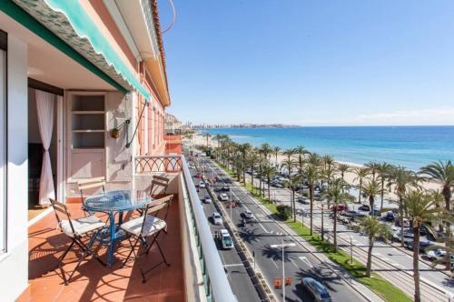 Un balcón o terraza de Apartamentos Bahía Alicante