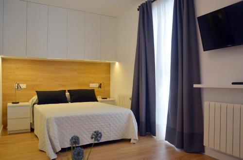A bed or beds in a room at Apartamentos Córdoba Atrium