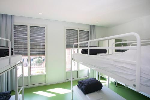 Letto o letti a castello in una camera di Sant Jordi Hostels Rock Palace