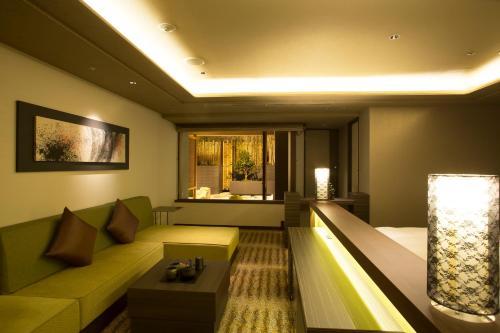 A seating area at Hotel Keihan Kyoto Grande