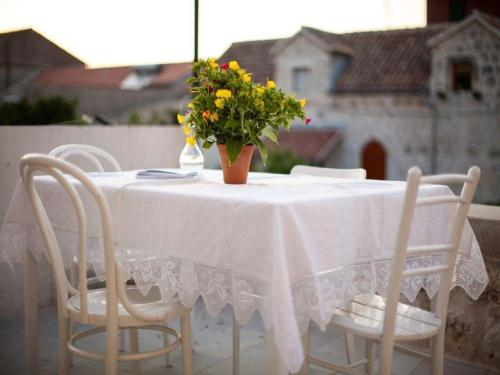 A restaurant or other place to eat at Holiday Home Kut