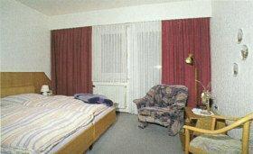 A bed or beds in a room at Landgasthof Köhlbarg