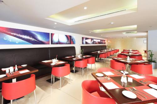 Um restaurante ou outro lugar para comer em Ibis Riyadh Olaya Street
