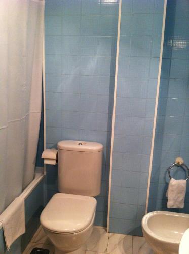 A bathroom at Hotel Pinzon