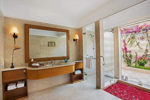 Ein Badezimmer in der Unterkunft The Oberoi Beach Resort, Sahl Hasheesh