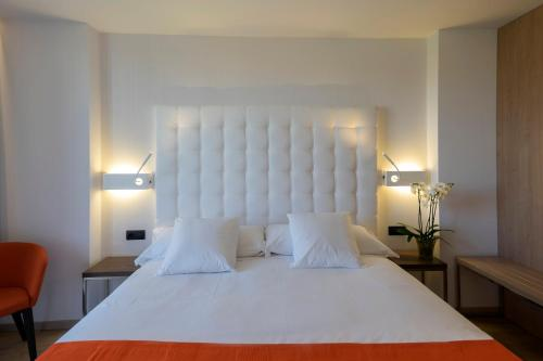 A bed or beds in a room at Chi
