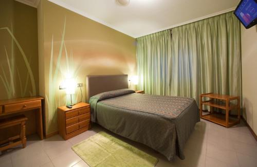 A bed or beds in a room at Hostal Restaurante Terra Chá