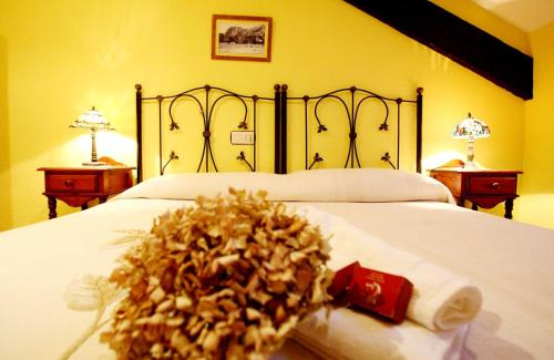 A bed or beds in a room at Hotel Casa de Indianos Don Tomás