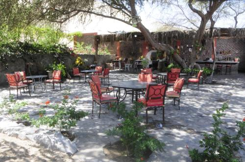 A restaurant or other place to eat at Hotel El Huacachinero