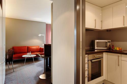 A kitchen or kitchenette at Vienna House Easy MO. Stuttgart