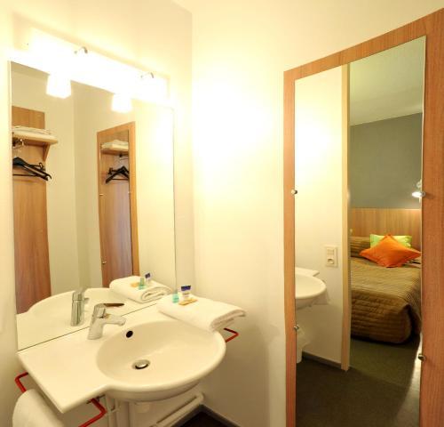 A bathroom at Hôtel & Résidence
